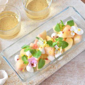 エディブルフラワー(食用花)と桃とミントのカプレーゼ